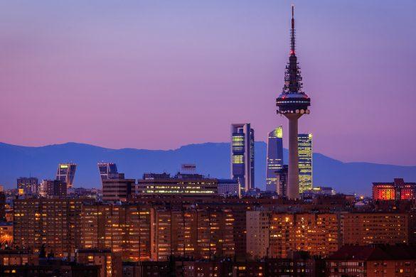 Reiseguide til storbyferie i Madrid, Torre de Espana by night